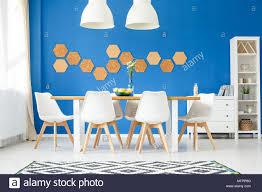stilvolle moderne esszimmer mit royal blaue wand holz