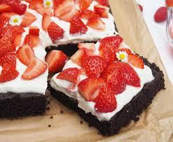 brownie mit mascarpone kokosjoghurt creme und erdbeeren