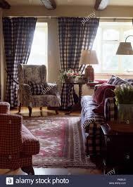 blau weiß karierte vorhänge und sofa in einem land