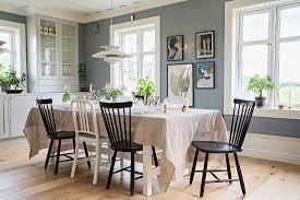 schwarze und weiße stühle am gedeckten bild kaufen