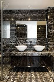 schöne moderne badezimmer marmorwand