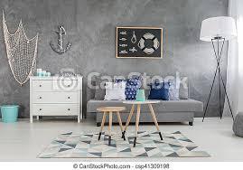 modernes graues wohnzimmer mit nautischer dekoration und