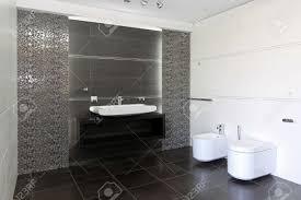 modernes badezimmer interieur in schwarz und weiß