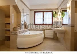 modernes badezimmer große badewanne und fenster