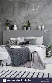 dunkle decke auf dem bett mit kopfteil in grau schlafzimmer