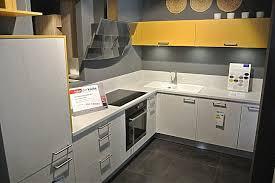 205 front 680 vesuvweiß steinstruktur moderne winkelküche mit currygelben farbakzenten