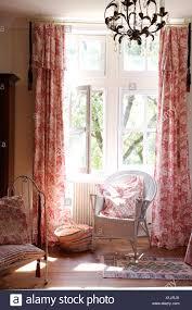 malte stock stuhl vor fenster mit rosa toile de jouy