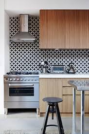 carrelage cuisine noir et blanc une cuisine scandinave en bois clair et crédence mosaïque et