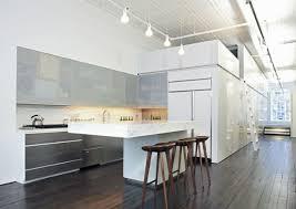 eine küche mit theke die als raumteiler dient offene