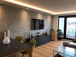 wohnzimmerwand in betonoptik mit schalungsfugen modern