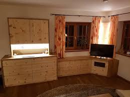 wohnzimmerverbau in zirbe tischlerei andreas