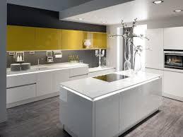 trend zu arbeitsplatten aus glas und keramik in der küche
