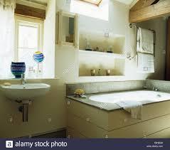alkoven über badewanne im modernen badezimmer regale