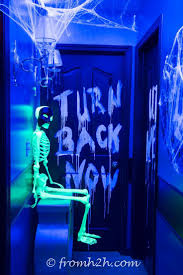 Scary Cubicle Halloween Decorating Ideas by Best 25 Haunted House Decorations Ideas On Pinterest Haunted