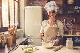 femmes plus cuisine femme cuisine photos et plus d images de adulte istock