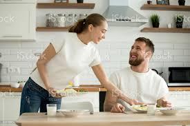 attraktive frau die speisen gekocht für mann in der küche stockfoto und mehr bilder behaglich