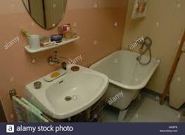 wohnung im 50er jahre stil badezimmer stockfotografie alamy