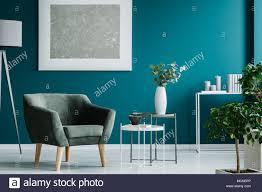 grüne sessel gegen blaue wand mit silber malerei in