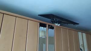 tv lift auf dem schlafzimmerschrank ausfahrbar platziert
