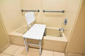 si e baignoire pivotant siège de baignoire modèles et critères d achat ooreka