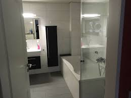 ikea badezimmer hängeschrank braun schwarz