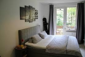 schlafzimmer mit balkon in schlichtem design zimmer