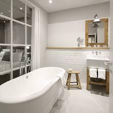 industrielles badezimmer mit den badaccessoires dauby