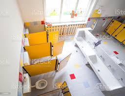 bereits im kindergarten badezimmer mit waschbecken und kabinen ohne kinder stockfoto und mehr bilder ansicht oben