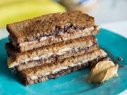 süßes dessert sandwich mit erdnussbutter banane und nutella