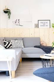diy holzwand fichte wohnzimmer skandinavisch wohnen sofa