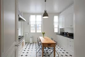 cuisine carrelage parquet quel sol choisir pour une cuisine fonctionnelle et facile d entretien