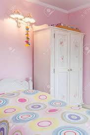 vintage herrenhaus ein girly schlafzimmer mit einem bunten bett und einem weißen schrank