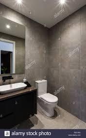 moderne badezimmer mit schwarzer farbe armatur und