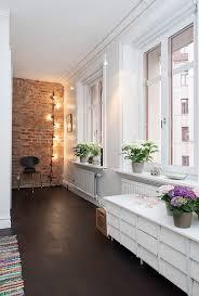 Fantastico Duplex Con Almacenaje En Las Escaleras Red Brick WallsWhite