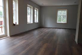 wohnzimmer dunkles laminat caseconrad
