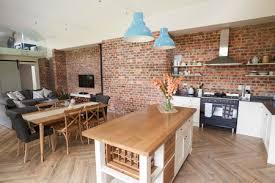 home interior mit offener küche lounge und essbereich