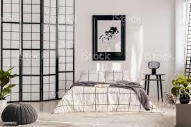 schwarzweiß schlafzimmer design mit pfosten wand stockfoto und mehr bilder aufgeräumter raum