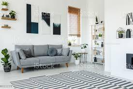schwarz weiß poster oben graue im wohnzimmer interieur mit gemusterten teppich echtes foto stockfoto und mehr bilder design