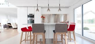 tv dans cuisine cuisine avec un îlot et tv par la cuisine dans le bain sk concept