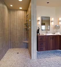 eine moderne türlose duschkabine im badezimmer