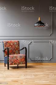 vintage sessel mit bunten bohostilmuster und eine schwarze decke licht in einem raum für phantasie graue wohnzimmer interieur und kopie platz für