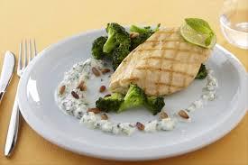 cuisiner des blancs de poulet recette de blanc de poulet grillé sauce raïta et brocolis au
