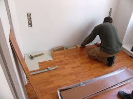 wohnliche küche mit laminatboden