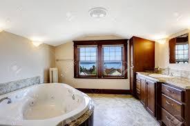 luxus badezimmer mit whirlpool braunen schrank und weiß whirlpool badewanne