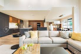 Home Interior Pics Schöne Wohnzimmer Interieur Im Neuen Luxus Haus Mit Blick Auf Küche Home Interior Mit Parkettböden Und Offene Grundriss Zeigt Esszimmer Küche Und