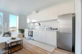 cuisine blanche ouverte sur salon crédence cuisine originale 48 idées en matériaux différents