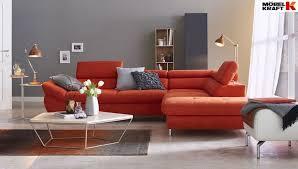 dieses orange sofa gibt im wohnzimmer den ton an ecksofa