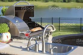 kochen zederlachs auf dem grill auf der outdoorküche stockfoto und mehr bilder arbeitsplatte