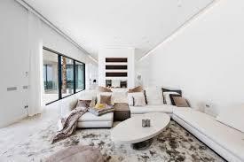 carrelage grand format dans le salon cosy canapé d angle blanc