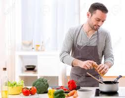 ansicht eines jungen attraktiven mann kochen in der küche